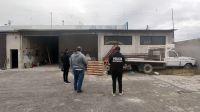 Trelew: Allanan empresa constructora para secuestrar un brazo de grúa mecánico