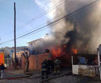 Voraz incendio arrasó con una vivienda del barrio Máximo Abásolo