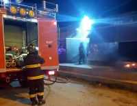 Incendiaron carrito de comidas al paso en Barrio Industrial
