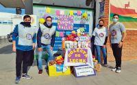 Fundación Sí colectó leche y galletitas afuera de un supermercado