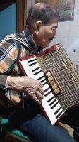 Le robaron el acordeón a un hombre de 90 años