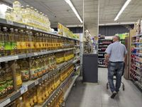 En medio del repunte de la inflación, aseguran que el consumo de productos básicos sigue en baja