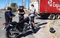 Una motociclista lesionada tras derrapar y caer por evitar choque con camión