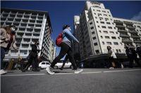 Preocupación por el avance de una nueva ola de coronavirus en los países que limitan con Argentina